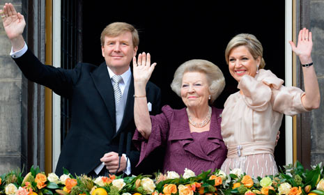 King William, the former Queen Beatrix, and Queen Maxima on the Koninklijk Paleis after the abdication